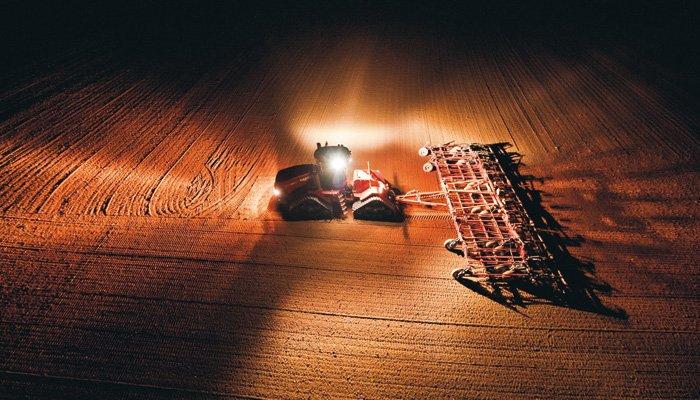 Der Quadtrac 620 ist nicht nur stark, sondern kann bei Nacht die Ackerflächen dank leistungsfähiger HID-Scheinwerfer komplett und fünf- bis sechsmal heller als bisher ausleuchten.
