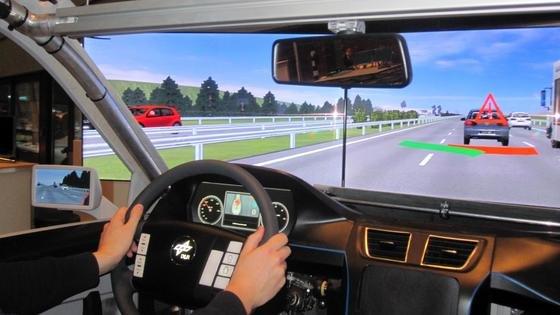 Der neu entwickelte Ausweichassistent warnt den Fahrer mit einem optischen Hinweis vor dem Hindernis und leitet bei Bedarf blitzschnell ein Ausweichmanöver ein.