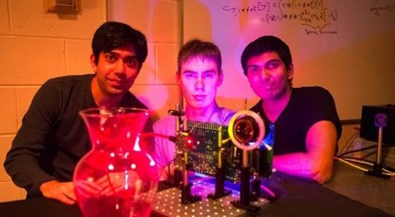 Die von den MIT-Studenten Ayush Bhandari, Refael Whyte and Achuta Kadambi (v.l.n.r.) entwickelteNano-Kamera ermöglicht Aufnahmen von durchsichtigen Objekten wie der gläsernen Vase in 3D.