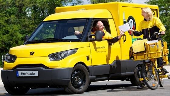 Bei der Deutschen Post geht der Trend zur CO2-freien Zustellung: In Bonn sind die Mitarbeiter mit dem Elektroauto Streetscooter und dem Elektrofahrrad unterwegs.