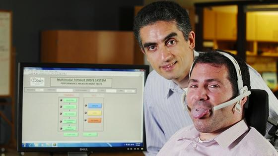 Das Headset erfasst über ein magnetisches Feld die genaue Position des Zungenpiercings. Ein Smartphone steuert mit diesen Daten den Rollstuhl. Insgesamt sechs Befehle sind bislang möglich.