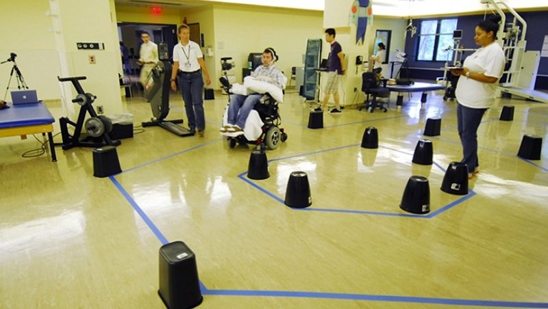 Mit dem Zungenpiercing steuern Versuchspersonen den elektrischen Rollstuhl durch einen Hindernisparcours. Dabei machten sich schnell Lerneffekte bemerkbar.