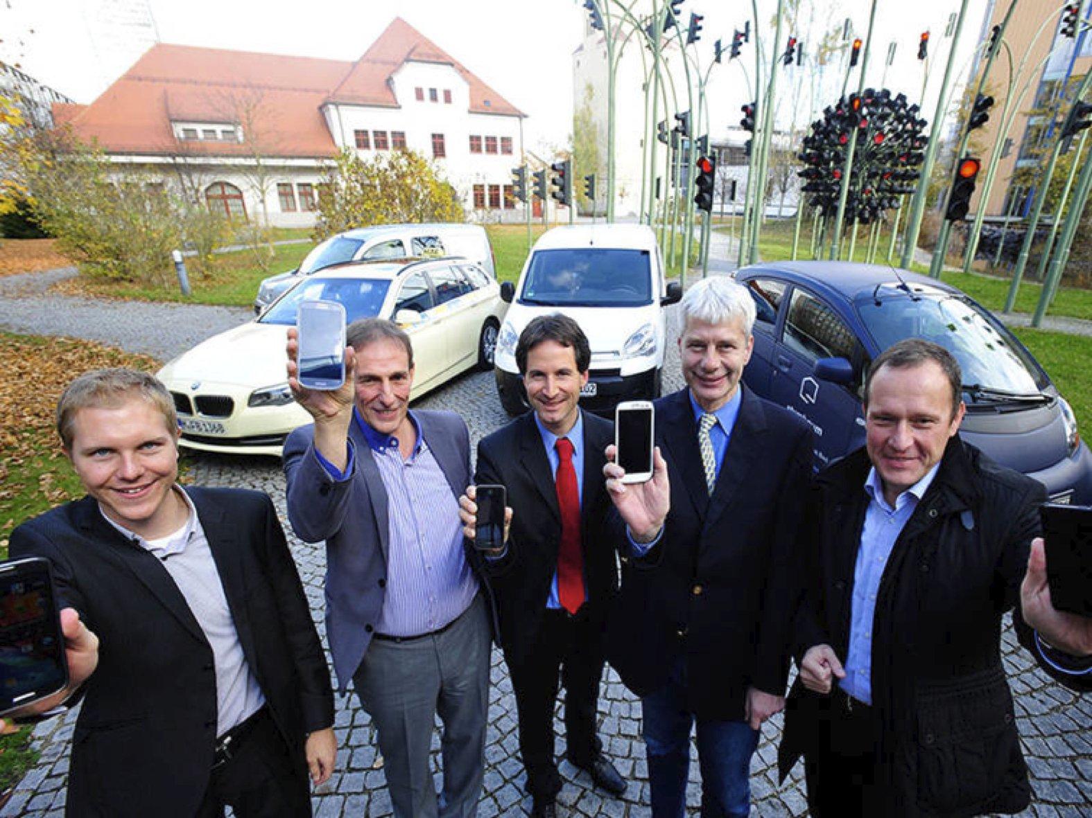 Präsentieren die neue APP der TU München: Ingenieur Benedikt Jäger (TU München), Florian Bachmann (Taxiverband), Gunnar Heipp (SWM/MVG), Dr. Jürgen Gaulle (Bundeswirtschaftsministerium) und Dr. Wolfgang Christl (Handwerkskammer).