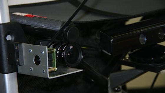 Gehilfe der Zukunft: Der Kinect-Sensor erfasst die räumliche Umgebung, ein Sprachsynthesesystem liest Hinweisschilder vor. Außerdem an Bord: ein Navigationssystem, das den kürzesten Weg zum Zielort findet und Menschenmassen umsteuert.