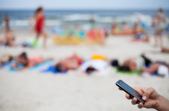 Schreiben einer SMS in der Freizeit: Die IG Metall fordert garantierte Freizeit und ein Verbot dienstlicher Nachrichten nach Feierabend.