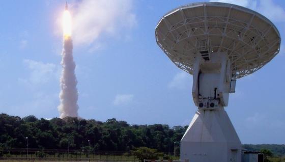 Bodenstationen der Europäischen Raumfahrtagentur unterstützten die chinesische Mondmission: Die15-Meter-Antenne der ESA-Bodenstationin Kourou (Französisch-Guayana)hat unmittelbar nach dem Start der Rakete Signale empfangen und als Schnittstelle zur chinesischen Kontrollstation Telekommandos fungiert.
