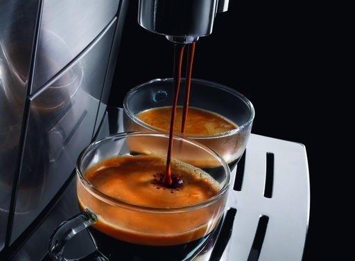 In Kaffeevollautomaten werden offenbar bleihaltige Bauteile verwendet. Jetzt haben Forscher festgestellt, dass einige Maschinen nach dem vorschriftsmäßigen Entkalken hohe Bleikonzentrationen abgeben.