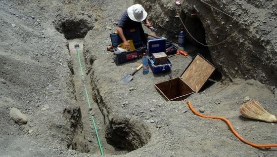 Installation eines Creepmeters, mit dem tektonische Verschiebungen entlang einer Störungszone bis auf hundertstel Millimeter gemessen werden.