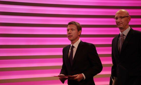 Der Vorstandsvorsitzende der Deutschen Telekom, René Obermann (l), und Finanzvorstand Timotheus Höttges: Offenbar plant die Telekom einen massiven Stellenabbau bei der Großkundentochter T-Systems. Angeblich ist Höttges die Rendite der Tochter zu gering.