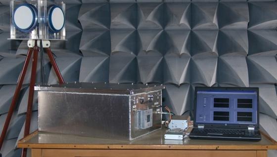 Ausrüstung zur Erkennung elektromagnetischer Angriffe: Das Antennenset mit Stativ tastet die Umgebung ab, ein Radiowellen-Messgerät verarbeitet die Signale und der Computer rechnet die relevanten Daten aus.