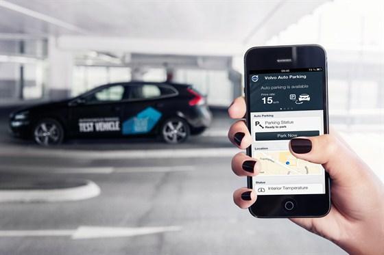 Im Rahmen eines Modellversuches in Göteborg sollen die Volvo-Fahrzeuge auch selbstständig einparken. Transmitter in der Verkehrsinfrastruktur informieren den Fahrer, ob der Einparkservice verfügbar ist. Wenn dies der Fall ist, kann er das autonome Parken über eine Smartphone-App aktivieren und das Fahrzeug verlassen. Im Anschluss wird mit Hilfe von Sensoren ein freier Parkplatz lokalisiert und das Fahrzeug dorthin gesteuert.