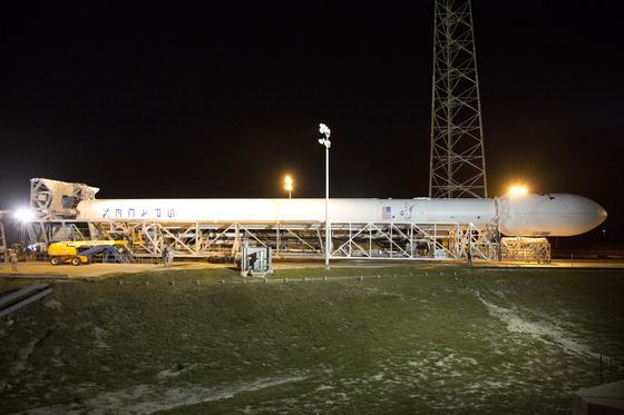Muss noch aufgerichtet werden: die Rakete Falcon 9 der US-Firma SpaceX. Sie beförderte am Dienstag erfolgreich einen Kommunikationssatelliten des Luxemburger Betreibers SES ins All.