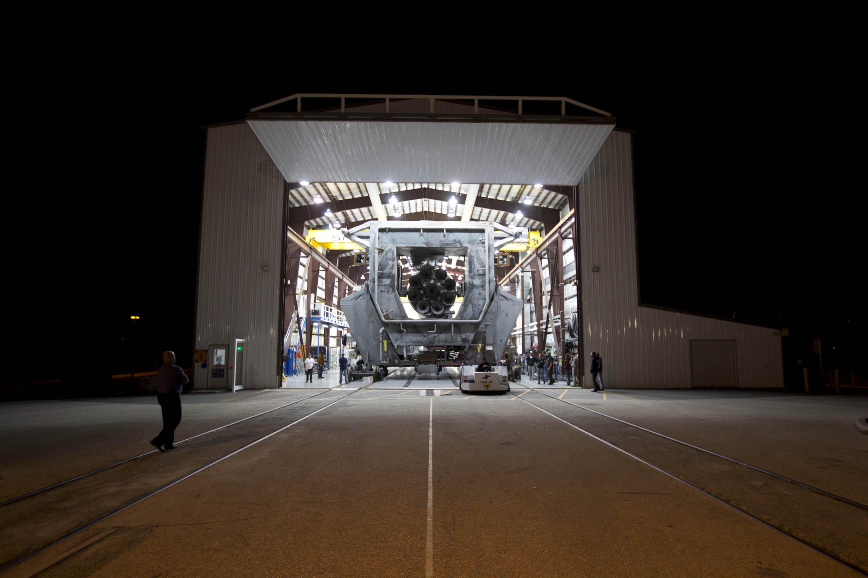 Rakete Falcon verlässt den Hangar.