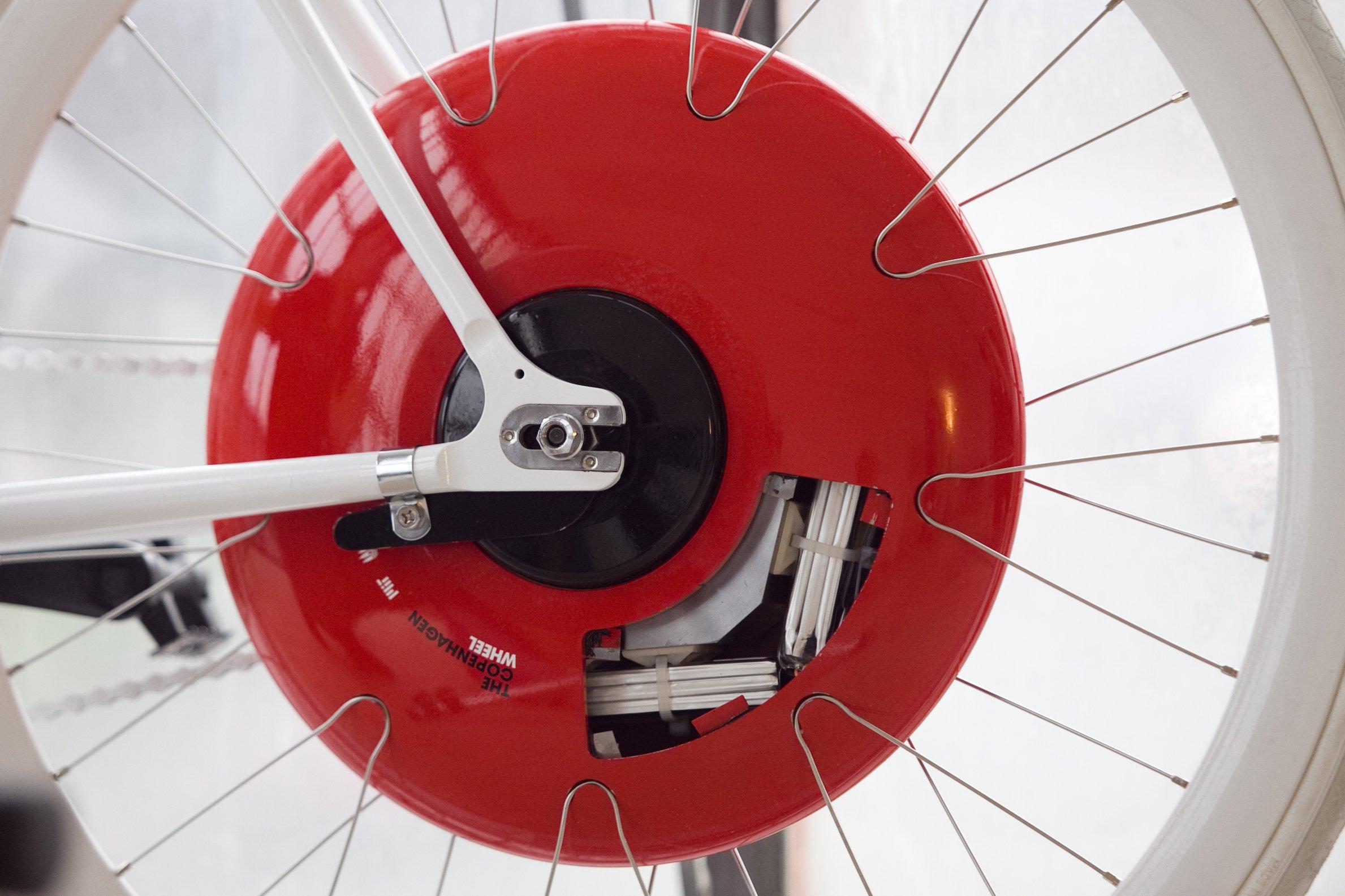Detailansicht des Copenhagen Wheel: Der Antrieb wird über eine Smartphone-App gesteuert. Wie in der Formel 1 durch KERS kann der Antrieb Bremsenergie zurückgewinnen und speichern.