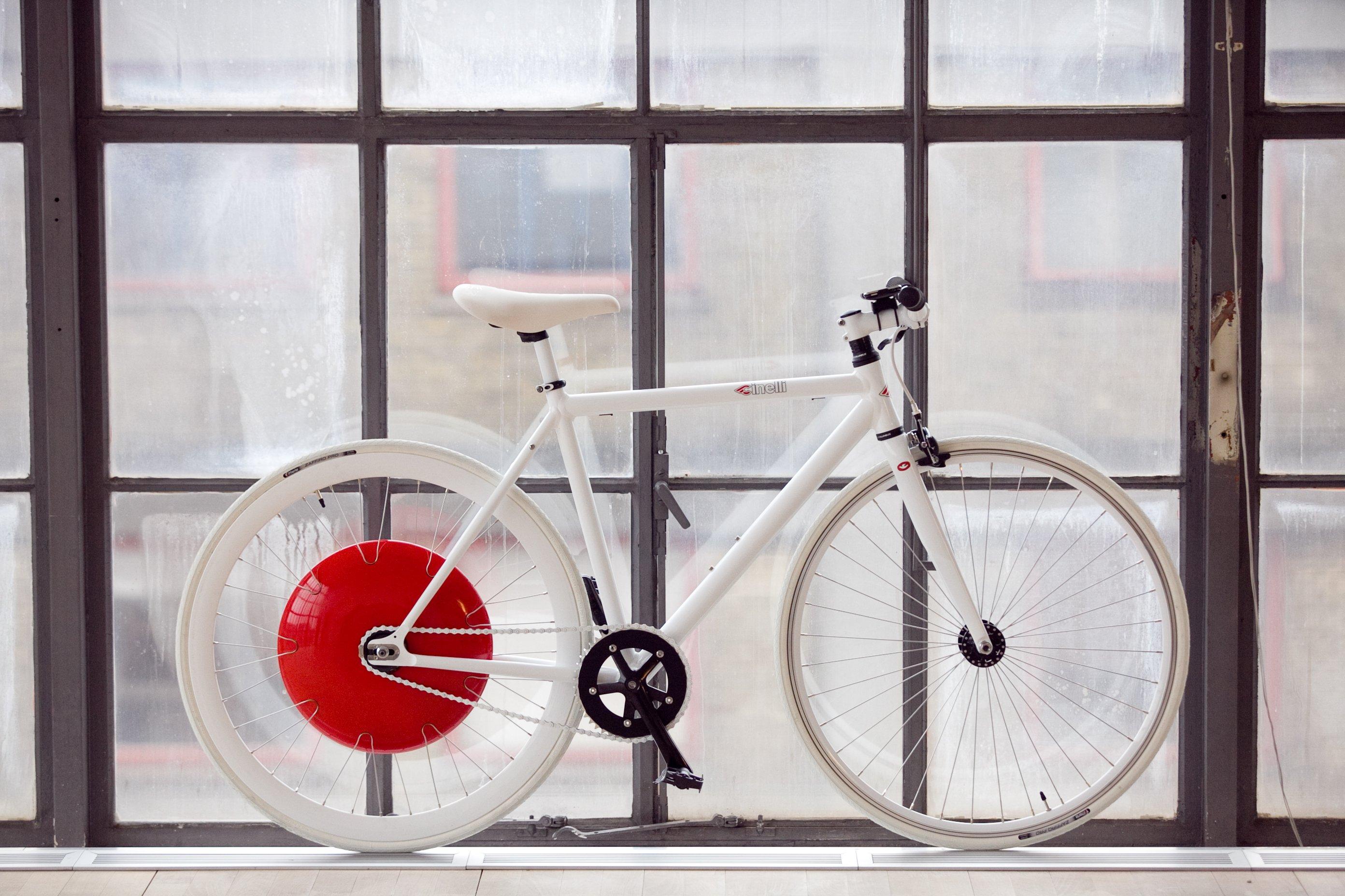 Rennrad mit Pedelec-Antrieb: In der roten Scheibe ist die gesamte Antriebstechnik verborgen. Entwickelt wurde das Copenhagen Wheel am MIT in den USA. Jetzt hat die Technik die Serienreife erreicht und wird als Bausatz vertrieben.