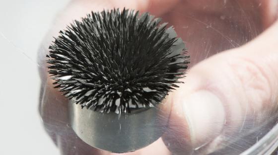 Magnetorheologische Flüssigkeiten verfestigen sich im Magnetfeld.