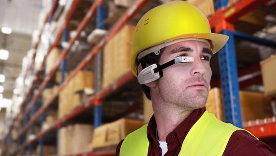 Mit den Smart-Glasses haben Lagerarbeiter zukünftig beide Hände frei. Sie können sich Auftragsdaten direkt ins Sichtfeld einblenden lassen. Der Akku ist allerdings nach zwei Stunden leer.