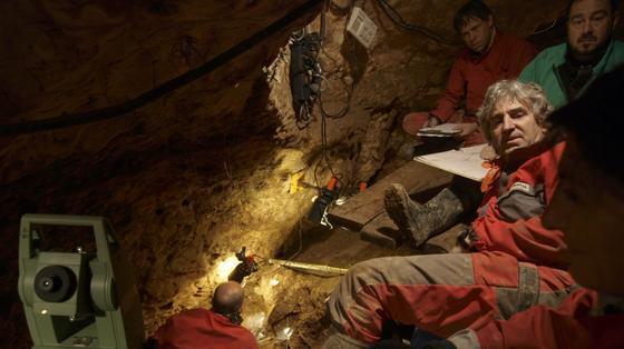 Professor Juan Luis Arsuaga (r.) und sein Team bei Ausgrabungsarbeiten in der Höhle Sima de los Huesos.