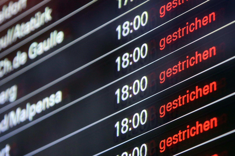 Eine Anzeigetafel am Flughafen Hamburg zeigtgestricheneFlüge an. Wegen des Orkans Xaver fälltdort heute ein Großteil der Flüge aus.
