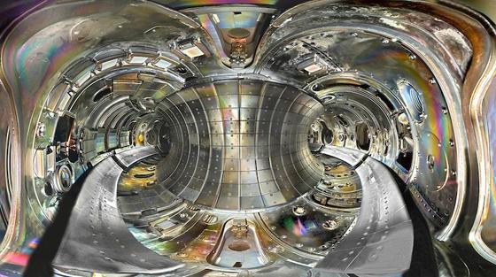 Blick in die ringförmige Brennkammer des Fusionsreaktors Textor. Mit ihm fanden die Wissenschaftler unter anderem heraus, wie sich Wände von Reaktoren verbessern lassen.