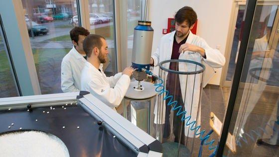 Bei den Experimenten wird die gefüllte Fallkapsel aus transparentem Plexiglas mit einem Kran in die Höhe befördert und anschließend ausgeklinkt. Abgefangen wird sie in einem 1,80 Meter tiefen Abbremsbecken, das mit Styroporkügelchen gefüllt ist.