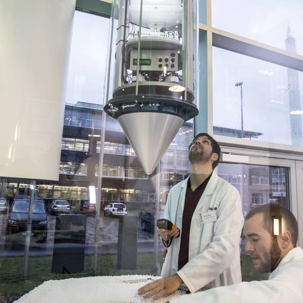 Vorbereitungen für ein Space Tower Experiment. Die Kapsel mit den Experimenten an Bord fällt zehn Meter tief und landet in einem Auffangbecken mit Styroporkügelchen.