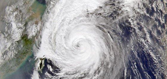 Taifun über Japan: Große Sonnenspiegel im All könnten zwar die Temperatur auf der Erde absenken, würden aber gleichzeitig den Wasserhaushalt der Erde beeinflussen. Die Folge wäre die Zunahme von Trockenheit in bestimmten Regionen der Erde, so die Ergebnisse von Studien des Max-Planck-Institut für Biogeochemie in Jena.