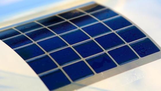 Organische Solarzellen lassen sich ähnlich wie eine Zeitung drucken und sind biegsam. Zwei Eigenschaften, die in einigen Jahren Industrie und Verbrauchern neue Möglichkeiten eröffnen und auch weltweite Energieprobleme entschärfen könnten.