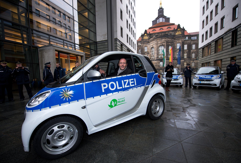 Sachsens Innenminister, Markus Ulbig (CDU), fährt eine Proberundemit dem E-Smart.