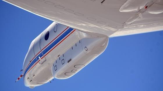 Das Forschungsflugzeug HALO basiert auf dem Ultra-Long Range Business Jet G 550 der Firma Gulfstream Aerospace. Mit einer Reichweite von weit mehr als 8000 Kilometern sind mit HALO erstmals Messungen auf der Skala von Kontinenten möglich: Alle Regionen von den Polen bis zu den Tropen und den abgelegenen Gebieten des Pazifiks kann das Forschungsflugzeug erreichen. Die maximale Flughöhe von über 15 Kilometern ermöglicht auch Messungen in der unteren Stratosphäre, außerhalb der Tropen.Unter dem Rumpf sowie unter den Tragflächen von HALO können zusätzlich Behälter für wissenschaftliche Instrumente befestigt werden.