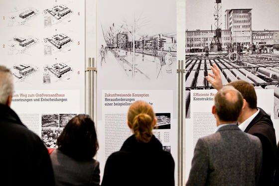 Besucher einer Ausstellung über den Architekten Ernst Neufertim Neuen Museum in Nürnberg: US-Forscher haben in einem Experiment die Vermutung bewiesen, dass Fotografieren das Erinnerungsvermögen beeinträchtigt. Wer Objekte fotografiert, um sie besser zu behalten, kann sich meist schlechter erinnern.