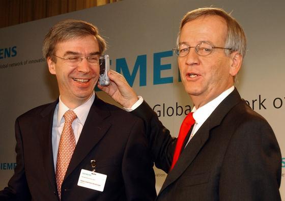 Der frühere Siemens-Finanzvorstand Heinz-Joachim Neubürger soll nach einem Beschluss des Landgerichts München 15 Millionen Euro Schadenersatz an seinen früheren Arbeitgeber zahlen. Rechts im Bild der frühere Konzernchef Heinrich von Pierer.