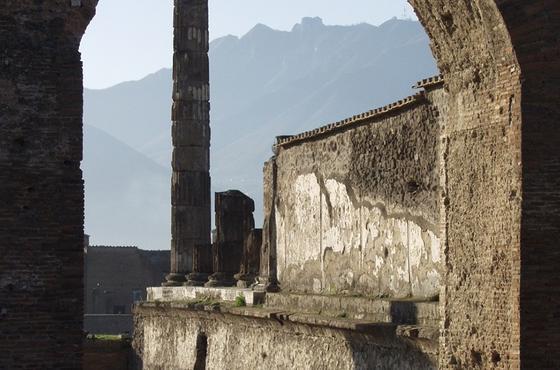 Blick über das Forum von Pompeji:Erste Ausgrabungen Ende des 18. Jahrhunderts brachten die gut erhaltenen Überreste der Stadt wieder zum Vorschein und ermöglichten der Wissenschaft wertvolle Einblicke in das Leben der Antike.