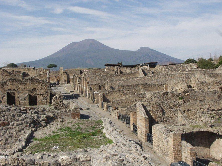 Der heute immer noch aktive Vulkan Vesuv thront über den Ruinen von Pompeji, das er im Jahr 79 n. Chr. unter einer dicken Schicht Asche und Bimsstein begrub.