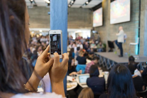 Eine neue Twitter-Version erlaubt es nun, Fotos als private Direktnachricht zu verschicken. Mit dieser neuen Funktion will Twitter verhindern, dass noch mehr jüngere Nutzer zu What's-App abwandern.