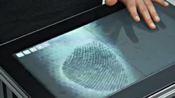 Der Bildschirm besteht aus mehreren tausend, im Durchmesser nur sechs Mikrometer großen Lichtleitfasern. Er zerstreut das vom Projektor übertragene Licht, reflektiert es durch Spiegelung und kann so verschiedene Benutzer über ihre Fingerabdrücke identifizieren.