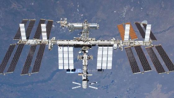 Für die sechs Besatzungsmitglieder der ISS besteht keine Lebensgefahr. Die wissenschaftlichen Experimente laufen derzeit allerdings auf Sparflamme, um die Belastung der Raumstation zu reduzieren.