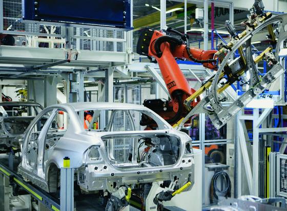 BMW-Produktion in Leipzig: Bei der Herstellung der Karosserieteile ist der Verschleiß der Werkzeuge ausgesprochen hoch. Forscher haben neue Techniken entwickelt, um die Lebensdauer der Werkzeuge mehr als zu verdoppeln.