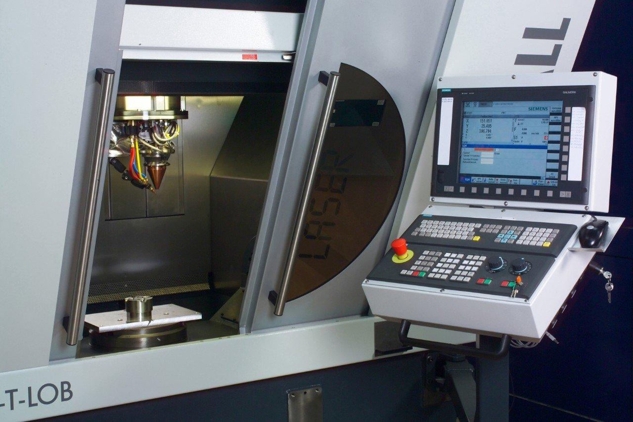 Das optimierte Umformwerkzeug der Mühlhoff Umformtechnik GmbH ist robuster als bisher – dank Laserauftragsschweißen. Die Technikverlängert die Standzeiten des Umformwerkzeugs auf mehr als das 2,5-fache.Das Bild zeigt das eingesetzte Maschinensystem.