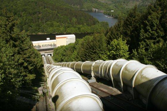 Klassische Pumpspeicherkraftwerke benutzen überschüssigen Strom, um Wasser in ein hoch gelegenes Becken zu pumpen. Bei Bedarf lässt sich die Energie zurückgewinnen, indem das Wasser durch Fallrohre und Turbinen zurückschießt. Wasserbecken und Technik könnten sich in Zukunft auch in alten Bergwerken unterbringen lassen.