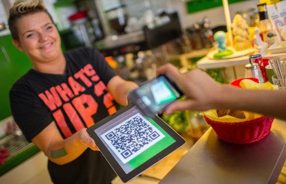 Zunehmend mehr Händler und Gaststätten akzeptieren die virtuelle Währung Bitcoin. Doch jetzt warnt die Europäische Bankenaufsicht vor Kursverlusten und Hackerangriffen.