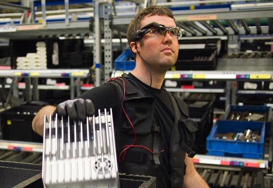 Kommissionierer mit Datenbrille: Solche Brillen beschleunigen das Finden von Teilen und reduzieren die Fehlerquote. Ein solches System wird derzeit im Mercedes-Werk in Bremen erprobt.