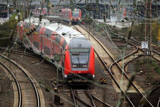 Zugachsen verursachen permanent Kurzschlüsse zwischen den Schienen. Damit signalisieren sie Stellwerken die Position des Zuges. Doch Laub und Rost können den Kurzschluss verhindern und somit zur Gefahr werden.