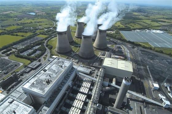 Das britische Kraftwerk Drax hatdrei von insgesamt sechs Kohle-Kraftwerksblöcken auf die Verbrennung von Holzpellets umgestellt.