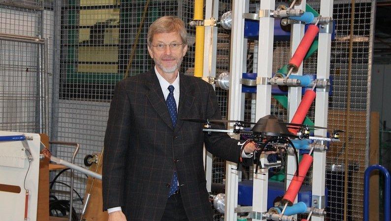Prof. Albert Claudi hat den Multikopter an der Universität Kassel entwickelt. Er und sein Team griffen dabei auf Technik zurück, die Kasseler Forscher für künstliche Intelligenz entwickelt haben. Der Kopter soll nun lernen, Gefahren und Hindernisse selbstständig zu erkennen.
