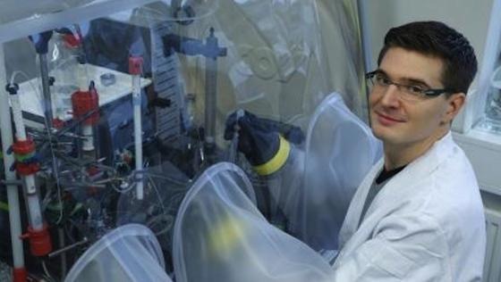 Kai Schuchmann bei seiner Arbeit an Sauerstoff empfindlichen Bakterien im Anaerobenzelt.