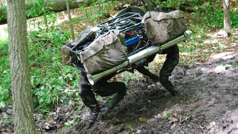Big Dog geht auf vier Füßen durch matschiges oder vereistes Gelände. Er kann in Sekundenbruchteilen das Gleichgewicht wiederfinden und soll zukünftig die Schlepparbeit für Bodentruppen des Militärs übernehmen.