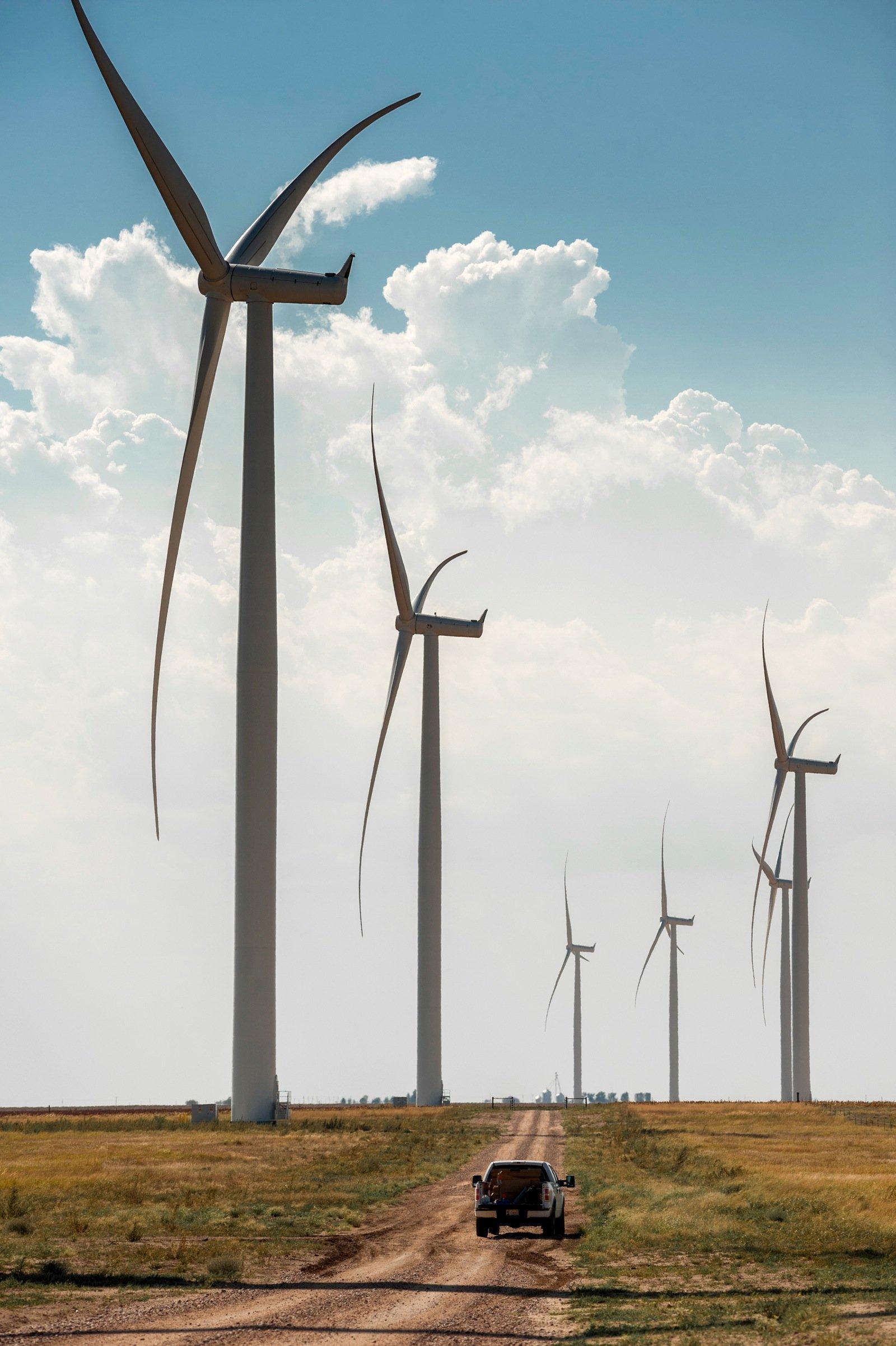 Die 448 Windenergieanlagen des Typs SWT-2.3-108 sind für fünf Projekte des US-Energieversorgers MidAmerican in Iowa bestimmt. Jede der Turbinen bringt eine Leistung von 2,3 MW und hat einen Rotordurchmesser von 108 Metern. Die Maschinenhäuser und Naben für die Windturbinen für den MidAmerican-Auftrag werden im Siemens-Werk in Hutchinson im US-Bundesstaat Kansas hergestellt, die Rotorblätter wird Siemens in Fort Madison in Iowa fertigen.