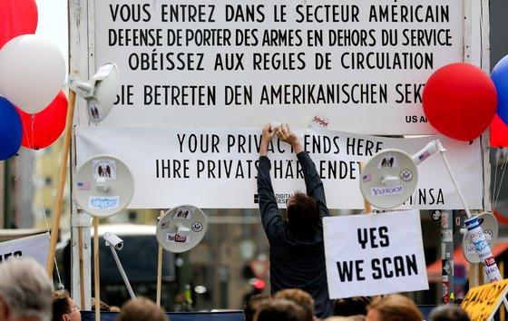 Demonstration im Sommer 2013 gegen die Schnüffeleien des US-Geheimdienstes NSA am Checkpoint Charlie in Berlin: Jetzt hat erstmals ein US-Gericht entschieden, dass die Abhöraktionen mit großer Wahrscheinlichkeit gegen die US-Verfassung verstoßen.