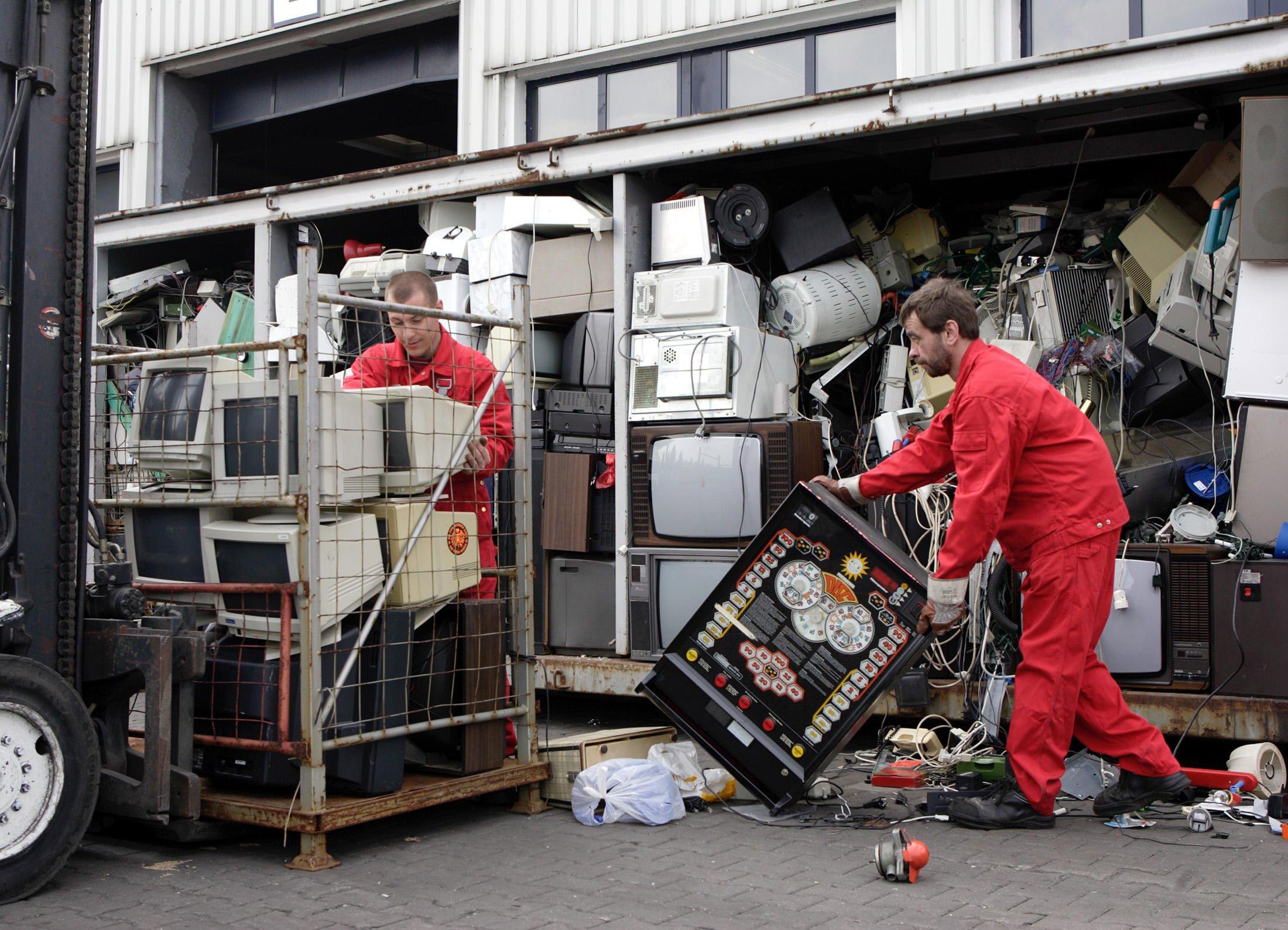 Sammelstelle für ausrangierte Elektrogeräte: Weltweit entsteht derzeit eine Menge von knapp49 Millionen Tonnen Elektroschrott. Das entspricht dem Gewicht von acht Cheops-Pyramiden.